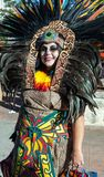 SAN ANTONIO, TEXAS - OKTOBER 29, 2017 - Vrouw die Azteeks hoofddeksel en kostuum voor Dia de Los Muertos /Day van Dode celebrati  royalty-vrije stock foto's