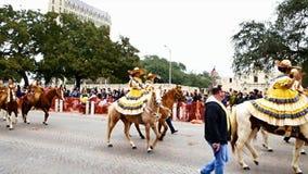 San Antonio, Texas USA - 3. Februar 2018: Frauen auf Pferden reiten hinter das historische Alamo während der Parade stock video footage