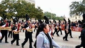 San Antonio, Texas USA - 3. Februar 2018: Highschool Band marschiert hinter das Alamo stock footage