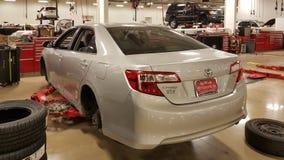 SAN ANTONIO, TX - 23 NOVEMBER, 2016 - Auto bij Toyota-handelaar die vervangen banden en remmen hebben de auto wordt opgeschort op royalty-vrije stock foto's