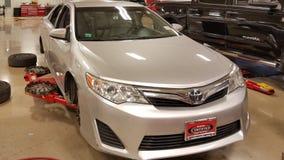 SAN ANTONIO, TX - 23 novembre 2016 - voiture au marchand de Toyota faisant remplacer des pneus et des freins la voiture est suspe Photos libres de droits