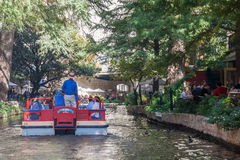 San Antonio, TX/USA - το Νοέμβριο του 2015 circa: Βάρκες που ταξιδεύουν με τους τουρίστες στον περίπατο ποταμών στο San Antonio,  στοκ εικόνες με δικαίωμα ελεύθερης χρήσης