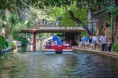 San Antonio, TX/USA - το Νοέμβριο του 2015 circa: Τουρίστες και βάρκες στον περίπατο ποταμών στο San Antonio, Τέξας στοκ εικόνες