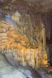 San Antonio, TX/USA - circa im Februar 2016: Stalaktiten und Stalagmite in den natürlichen Brücken-Höhlen nahe San Antonio, Texas Lizenzfreies Stockbild