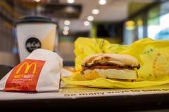SAN ANTONIO, TX, USA - NOVEMBER 9, 2018 - frukost på den Mcdonald restaurangen med den äggMcmuffin smörgåsen, pölsa - bruna potat royaltyfri foto
