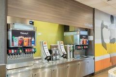 SAN ANTONIO TX, USA - NOVEMBER 9, 2018 - område för springbrunndrinkmaskin på den Mcdonald restaurangen royaltyfria foton