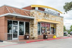 SAN ANTONIO TX, USA - NOVEMBER 9, 2018 - yttersida av den Mcdonald restaurangen i San Antonio, Texas Mcdonald är världen arkivfoto