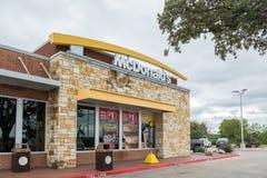 SAN ANTONIO TX, USA - NOVEMBER 9, 2018 - yttersida av den Mcdonald restaurangen i San Antonio, Texas Mcdonald är världen arkivbild
