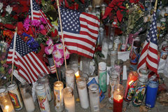SAN Bernardino, περίπου ΗΠΑ - 3 17 Δεκεμβρίου 2015, προσωρινό μνημείο Α στο εσωτερικό περιφερειακό κέντρο (IRC) στο SAN Bernardin Στοκ Φωτογραφία