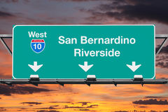 SAN Bernardino Riverside Interstate 10 σημάδι δυτικών εθνικών οδών με το SU Στοκ Φωτογραφία