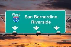 San Bernardino Riverside Interstate 10 västra huvudvägtecken med Su Arkivbild