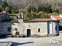 San Blas kaplica z ogródami i drzewami Ponte Maceira, Coruna, Galicia, Hiszpania zdjęcie royalty free