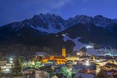 San Candido/Innichen vid natt i södra Tyrol/Alto Adige, Italien arkivfoto