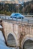 San Cassiano, Bolzano, Italien - 03 09 2018: bilen på stenar bron royaltyfri bild