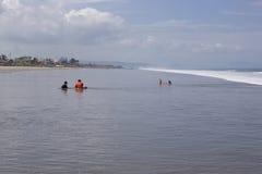 Giocando nella spuma Ecuador Fotografia Stock Libera da Diritti
