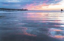 San Clemente Pier met Wolkenbezinningen Stock Fotografie