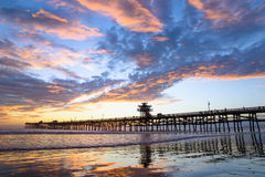 San Clemente Pier met Wolkenbezinningen Royalty-vrije Stock Fotografie