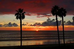 San- Clementesonnenuntergang mit Palmen Lizenzfreie Stockfotos