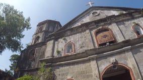 San costruito spagnolo del XVI secolo Agustin Parish Church che mostra la sua facciata stock footage