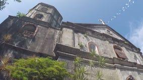 San costruito spagnolo del XVI secolo Agustin Parish Church che mostra la sua facciata archivi video