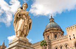 San Cristiano statua przy stroną katedra Palermo, Sicily, Włochy Fotografia Royalty Free