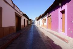 San Cristobal De Las Каса, Мексика 29-ое декабря 2018: Улицы и красочные здания в San Cristobal стоковая фотография rf