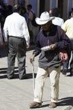 San Cristobal de Las Casas, Chiapas/Mexico - 12-21-2008: gamal man som frågar för allmosa Royaltyfria Bilder