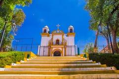 SAN CRISTOBAL DE LAS CASAS, MESSICO, MAGGIO, 17, 2018: Osservi fino a Guadalupe Church fra le file di carta variopinta Immagini Stock Libere da Diritti