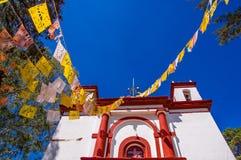 SAN CRISTOBAL DE LAS CASAS, MESSICO, MAGGIO, 17, 2018: Vista all'aperto della cappella di Christian Catholic su una collina con v Fotografia Stock