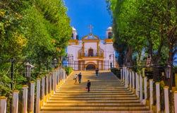 SAN CRISTOBAL DE LAS CASAS, MESSICO, MAGGIO, 17, 2018: Vista all'aperto della cappella di Christian Catholic su una collina con v Immagine Stock