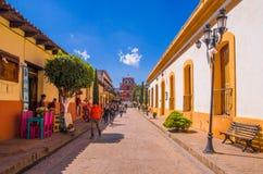 SAN CRISTOBAL DE LAS CASAS MEXICO, MAJ, 17, 2018: Oidentifierat folk som går i en fot- gata i San Cristobal Arkivbilder