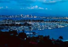 San Diego avec l'île d'abri au crépuscule photos stock