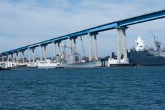 San Diego-Bucht mit Marineschiffen und Coronado-Bucht-Brücke Lizenzfreie Stockfotos