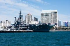 San Diego-Bucht mit mittlerem Museum USSs und im Stadtzentrum gelegenen Gebäuden Stockbild