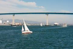 San Diego-Bucht mit Segelboot und Coronado-Bucht-Brücke Lizenzfreies Stockfoto