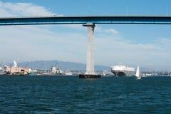 San Diego-Bucht mit Segelboot und Coronado-Bucht-Brücke Stockfotografie