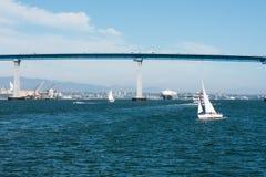 San Diego-Bucht mit Segelboot und Coronado-Bucht-Brücke Stockfotos