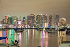 SAN DIEGO, CA - 31 DE JULHO DE 2017: Reflex?es da noite de San Diego do centro do porto da cidade A cidade atrai 10 milh?o turist imagens de stock royalty free