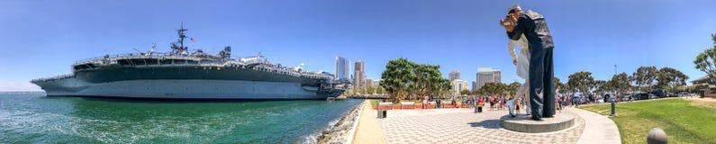 SAN DIEGO, CA - 30 DE JULIO DE 2017: Em cercano intermediario de USS de la visita de los turistas Fotos de archivo