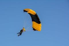 San Diego, Califórnia, EUA - 3 de julho de 2015: O paraquedista aterra na praia de Coronado em San Diego imagens de stock royalty free