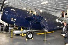 San Diego, Califórnia - EUA - dezembro 04,2016 - MIDN Carolo Nemo Nemer no museu intermediário de USS fotografia de stock royalty free