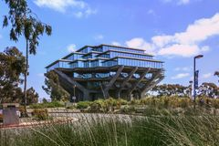 San Diego, Californië, de V.S. - 3 April, 2017: De weg aan Geisel-Bibliotheek, de belangrijkste bibliotheek bij UCSD stock afbeeldingen