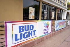 SAN DIEGO, CALIFORNIA - 13 DE JULIO DE 2017: el negocio local es favorable y que consigue listo para el LGBT anual Pride Festival foto de archivo libre de regalías