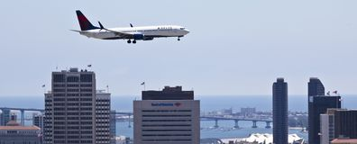A Delta Jet on Approach Over Downtown San Diego Royalty Free Stock Photos