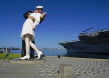 SAN DIEGO, California, U.S.A. - 13 marzo 2016: Statua di bacio nel porto di San Diego, U.S.A. Fotografia Stock Libera da Diritti