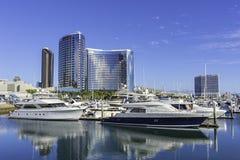 SAN DIEGO, CLAIFORNIA EUA - 5 DE NOVEMBRO DE 2017: Iate luxuosos no porto de Embarcadero perto da vila do porto em San Diego Bay  Imagens de Stock