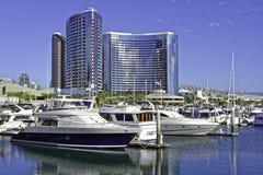 SAN DIEGO, CLAIFORNIA EUA - 5 DE NOVEMBRO DE 2017: Iate luxuosos no porto de Embarcadero perto da vila do porto em San Diego Bay  Fotos de Stock Royalty Free