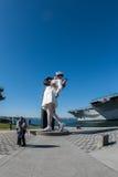 SAN DIEGO, de V.S. - 14 NOVEMBER, 2015 - Mensen die een selfie nemen bij zeeman en verpleegster terwijl het kussen van standbeeld Stock Afbeeldingen