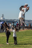 SAN DIEGO, de V.S. - 14 NOVEMBER, 2015 - Mensen die een selfie nemen bij zeeman en verpleegster terwijl het kussen van standbeeld Royalty-vrije Stock Foto's