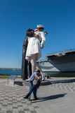 SAN DIEGO, de V.S. - 14 NOVEMBER, 2015 - Mensen die een selfie nemen bij zeeman en verpleegster terwijl het kussen van standbeeld Stock Fotografie